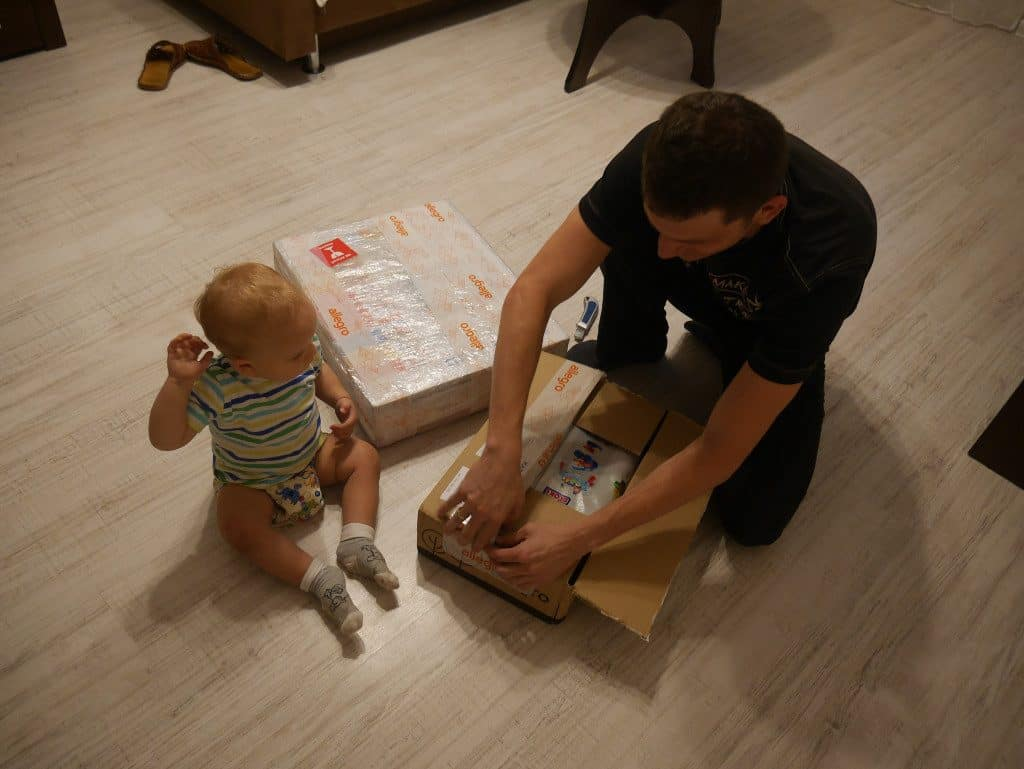 Rozpakowywanie prezentów z dzieckiem