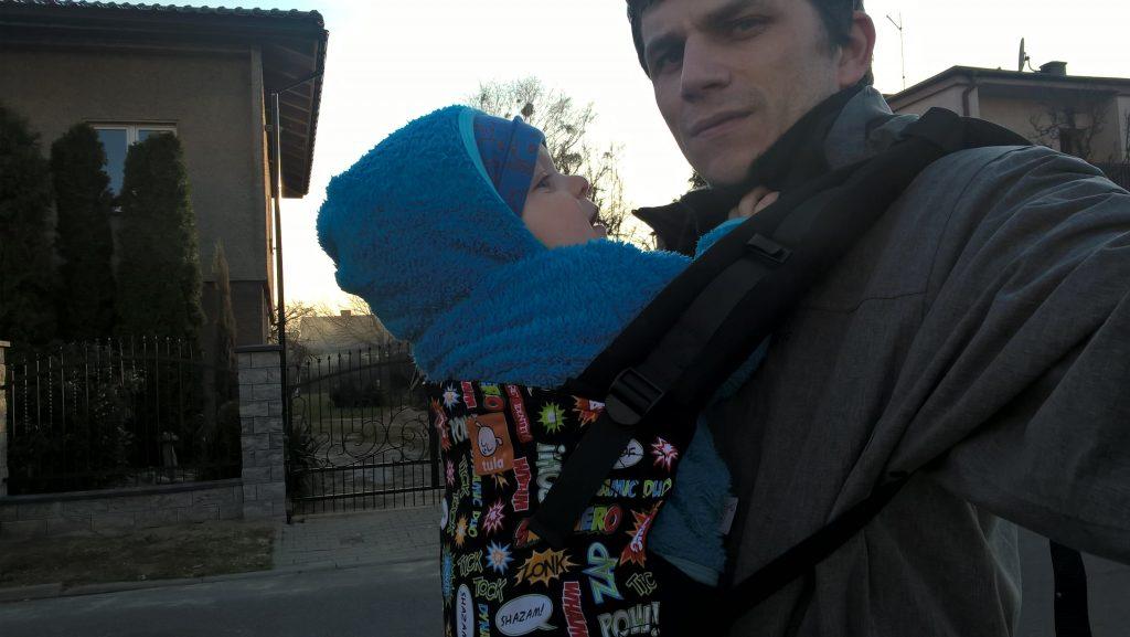tata z dzieckiem w nosidle