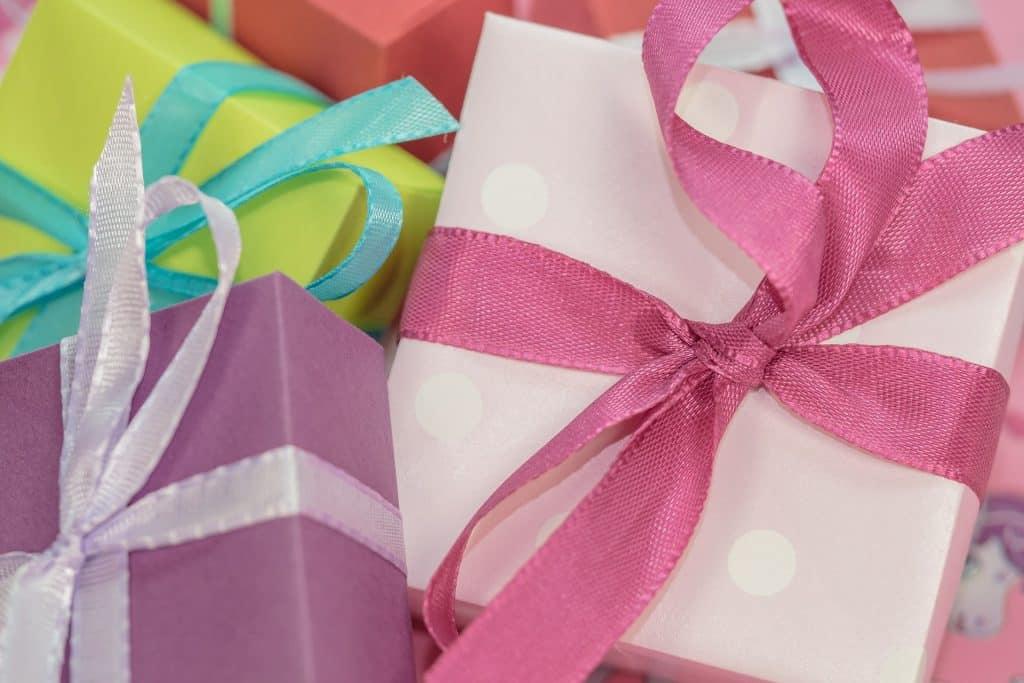 Jak okazać miłość ukochanej? Pomysły na wyjątkowe prezenty dla kobiety