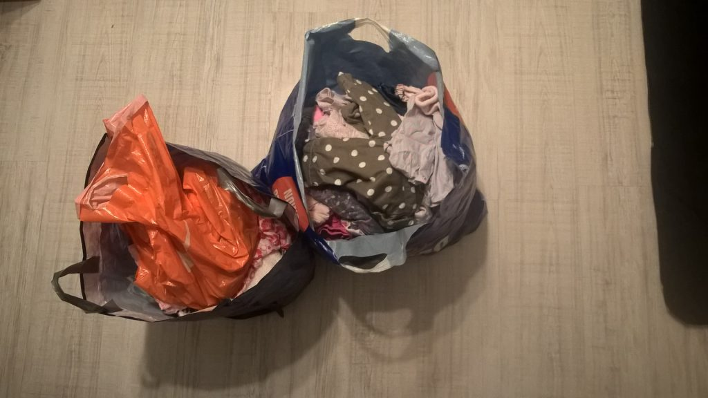 Używane ubranka, czyli oszczędzamy na wyprawce