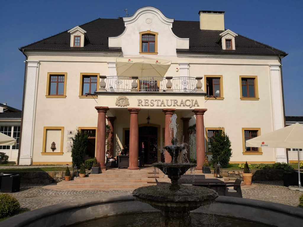 restauracja - główne wejście do pałacu na wodzie